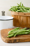 在切板的庭院新鲜的青豆 库存照片
