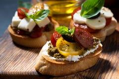 在切板的意大利开胃小菜,特写镜头 库存图片