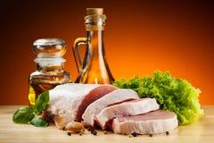在切板的新鲜的未加工的猪肉 免版税库存图片