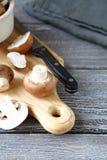 在切板的新鲜的蘑菇 免版税图库摄影
