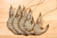在切板的新鲜的虾 免版税库存照片