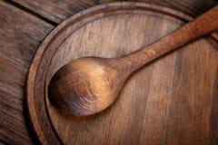 在切板的木匙子 免版税图库摄影