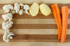在切板的未加工的蔬菜 免版税库存照片