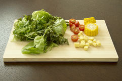 在切板的混杂的菜 免版税库存图片