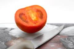 在切板的蕃茄 库存照片