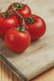 在切板的蕃茄 免版税库存照片