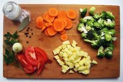 在切板的被切的新鲜蔬菜 库存照片