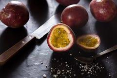 在切板的西番莲果-热带新鲜水果在泰国 库存图片