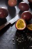 在切板的西番莲果-热带新鲜水果在泰国 图库摄影