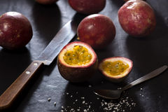 在切板的西番莲果-热带新鲜水果在泰国 免版税图库摄影