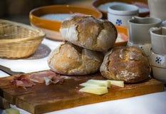 在切板的面包 免版税库存照片