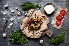 在切板的鲜美炸薯条,在木桌背景 库存照片