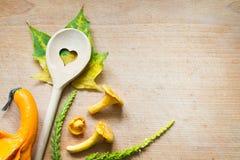 在切板食物摘要秋天背景的黄蘑菇 免版税库存图片