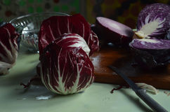 在切板,红洋葱,红色拉迪基奥的新伐红叶卷心菜 库存图片