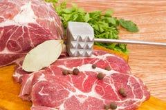 在切板,香料,肉软化剂特写镜头的猪肉脖子 库存照片