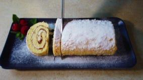 在切片卷蛋糕的妇女裁减在厨房 在板材的卷蛋糕 影视素材