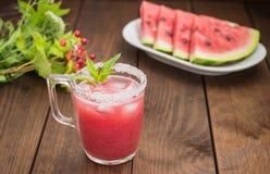 在切片木桌背景的新鲜的西瓜汁  特写镜头 库存照片
