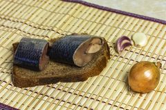 在切片黑面包是鲱鱼特写镜头片断  免版税库存图片