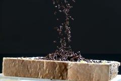 在切的面包的被洒的巧克力 免版税库存照片