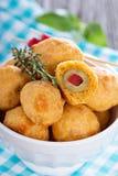 在切达乳酪面团烘烤的开胃菜橄榄 库存照片
