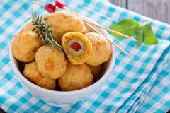 在切达乳酪面团烘烤的开胃菜橄榄 免版税库存图片