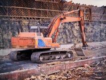 在划分大厦的爆破位置的挖掘机 免版税库存图片