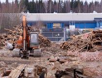 在划分大厦的爆破位置的挖掘机 库存图片