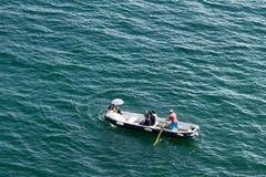在划艇的一对新婚的夫妇有photogra职员的  免版税库存照片