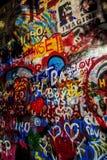 在列侬墙壁上的街道画 库存照片