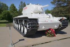 在列宁格勒封锁西洋镜断裂, 6月天的苏联坦克KV-1 免版税库存照片