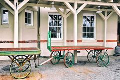 在列车车库的行李推车 免版税库存照片