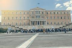 在创立2的希腊议会前面的外国游人 免版税库存图片