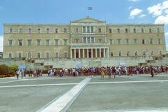 在创立4的希腊议会前面的外国游人 库存照片