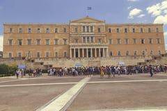 在创立5的希腊议会前面的外国游人 免版税库存照片