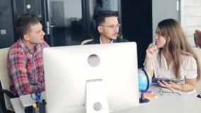 在创造性的办公室的小组年轻商人 影视素材