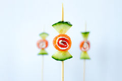 在创造性的糖果形状的健康黄瓜熏制鲑鱼快餐 免版税库存图片