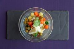 在创造性的玻璃器皿的菜开胃菜 免版税库存照片