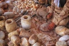 在创造罐和花瓶的传统工作场所供以人员繁忙 免版税图库摄影