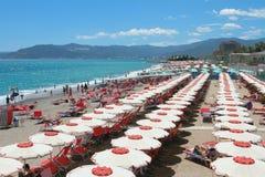 在利古里亚海岸萨沃纳,意大利的海滩 免版税库存照片