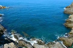 在利古里亚海的岩石 免版税库存照片