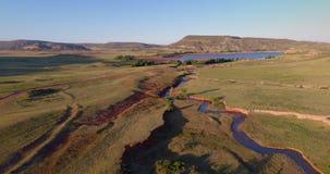 在利弗摩尔附近的科罗拉多山麓小丘有小河的 股票视频