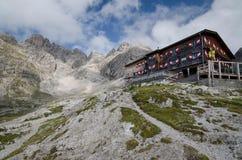 在利恩茨白云岩的Karlsbader瑞士山中的牧人小屋与Große Sandspitze在背景,奥地利中 免版税图库摄影