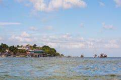 在利文斯通危地马拉附近的小船 免版税库存图片