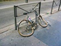 在利昂街道上投掷的残破的自行车 免版税库存照片