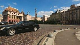在利沃夫州广场有亚当・密茨凯维奇纪念碑的,文化遗产的城市交通 股票视频