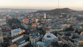 在利沃夫州的中央部分的飞行在乌克兰 在城市的早晨日出 美好的全景  股票视频
