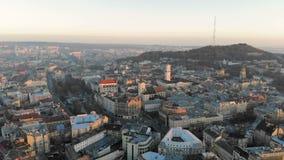 在利沃夫州的中央部分的飞行在乌克兰 在城市的早晨日出 美好的全景  股票录像