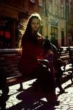 在利沃夫州街道上的俏丽的女孩 免版税库存照片