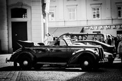 在利沃夫州街道上的减速火箭的汽车  免版税库存照片