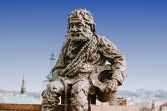 在利沃夫州,乌克兰雕刻在传奇议院的屋顶的一个扫烟囱的人  Lvov是游人的最有吸引力的城市  图库摄影